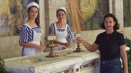 Mescitrici in abito storico alle Terme Tettuccio (qui insieme a Cinzia Silvestri). I dipendenti sono oltre cinquanta