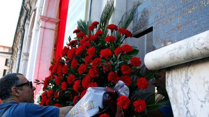 La deposizione di una corona sulla stele durante  una commemorazione della strage di piazza della Loggia a Brescia