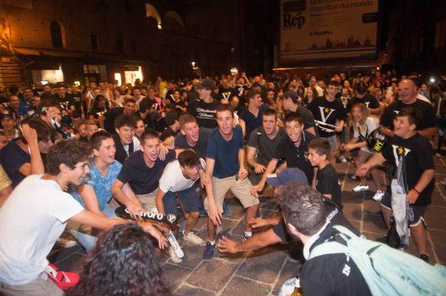 I tifosi invadono il cuore della città per festeggiare la promozione della Virtus (Foto Schicchi)