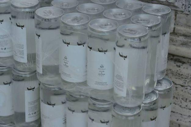 Le lattine personalizzate di acqua per gli invitati (Lapresse)