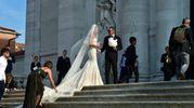 L'arrivo della sposa in chiesa (Lapresse)