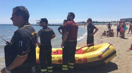 MARE I vigili del fuoco in spiaggia questa mattina per il recupero del corpo