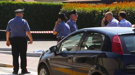 I carabinieri all'interno del parcheggio in via Roma dove l'impiegata comunale ha investito l'operaio lunedì mattina