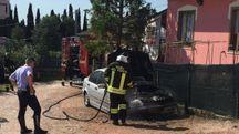 L'auto incendiata (Foto Zeppilli)
