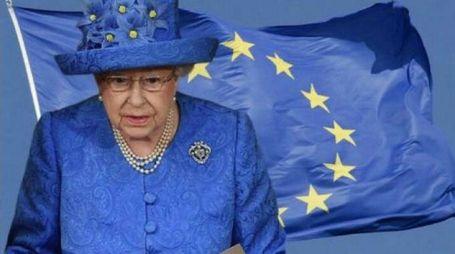 Web scatenato: il cappello della regina sembra alla bandiera Ue