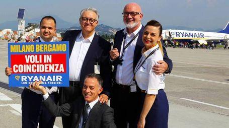 IL LANCIO Al centro in senso orario Emilio Bellingardi David O'Brien e sotto Giacomo Cattaneo Ai lati due steward della compagnia