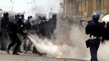 Un momento degli scontri a Genova durante il vertice del G8 (Ansa)