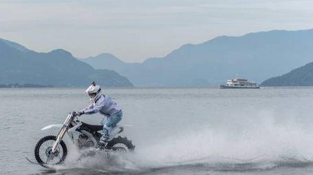 La speciale moto da cross plana sull'acqua