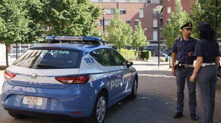 La polizia durante un controllo alla Stazione e il sindaco Simone Millozzi