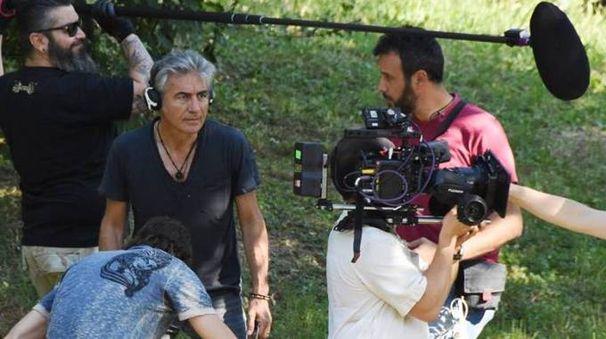 Ligabue impegnato in un ciak durante le riprese nella natìa Correggio