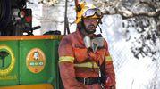 Un addetto dell'antincendio boschivo (Foto Aprili)