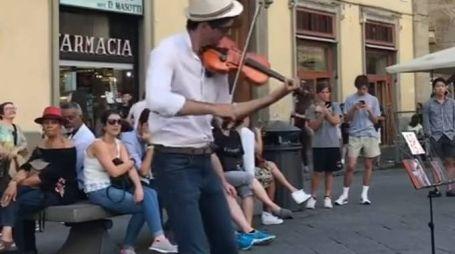 Viktor Angelov durante la performance di Despacito