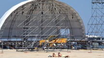 La struttura che ospiterà i maxi schermi per la notte dedicata a Vasco Rossi a Rimini (foto Migliorini)