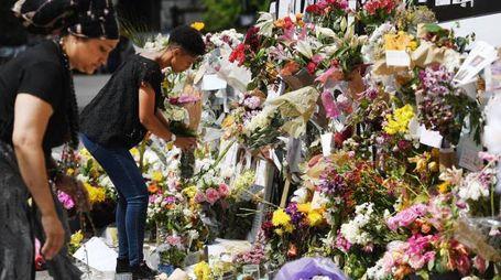Il tributo dei londinesi alle vittime dell'incendio alla Grenfell Tower (Ansa)