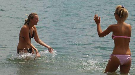 Bagnanti immerse nelle acque del lago di Bilancino