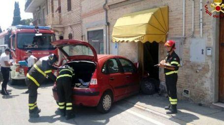L'auto che ha sfondato la vetrina del ristorante a Castelfidardo