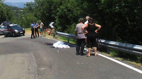 Il corpo   del ciclista deceduto sull'asfalto