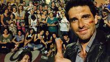 Giampaolo Morelli, alias l'ispettore Coliandro,  in un selfie con i cittadini  di Ponte Ronca