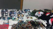 Sequestrati borse e occhiali con false griffe, abbigliamento, orologi e bigiotteria