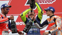 Il podio ad Assen con al centro Valentino Rossi (LaPresse)