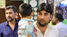 Il papà della piccola Hadiya, stravolto dal dolore (foto Samaritani)