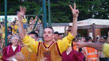 Daniele Ravagli festeggia, indicando il secondo Palio vinto dopo quello del 2013 (Veca)
