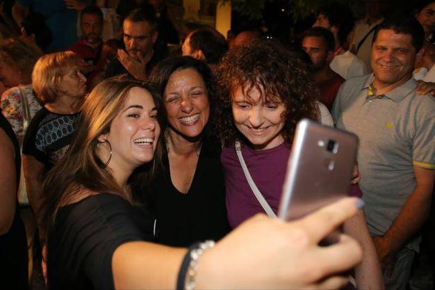 Selfie con il nuovo sindaco di Riccione  (foto Petrangeli)
