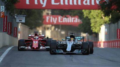 Lewis Hamilton davanti a Sebastian Vettel sul circuito di Baku (Lapresse)