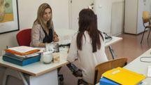 Utente a colloquio con un'operatrice al Centro per l'impiego di Pesaro