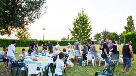 La festa dei residenti in via Senio (Foto Scardovi)