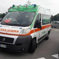 L'ambulanza sta portando la donna in ospedqale