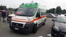 L'ambulanza sta portando la donna in ospedqale
