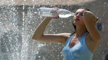 Bere molto per combattere il caldo (foto di repertorio)