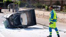 Il motocarro ribaltato e incendiato (Gianni Nucci/Germogli)