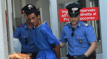 Il marito aggressore arrestato dai carabinieri (foto Artioli)