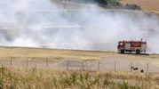 Un momento dello spegnimento dell'incendio della discarica (Foto Aprili)