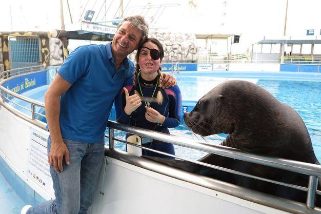 Con il sindaco di Rimini Andrea Gnassi in una espressione affettuosa a bordo vasca (foto Petrangeli)