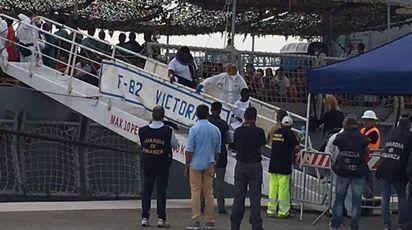 Uno sbarco di oggi a Cagliari, con 903 migranti (Ansa)