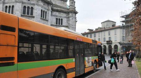Un pullman in servizio nella città di Como