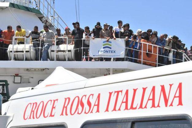 La nave spagnola a Salerno con 1.216 migranti (Ansa)