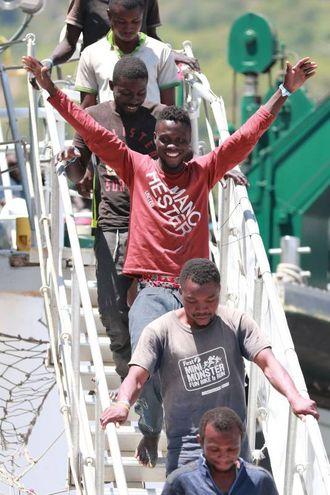 La nave spagnola a Salerno con 1.216 migranti (Afp)
