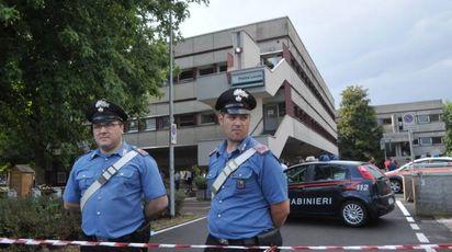 Carabinieri davanti al comando della polizia locale (Canali)