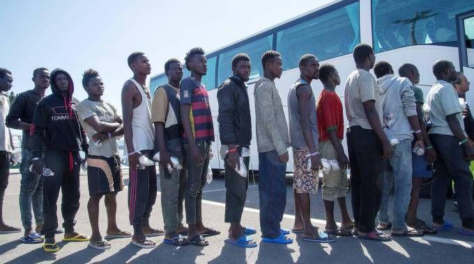 Migranti, sbarco a Salerno con 1200 persone (Olycom)