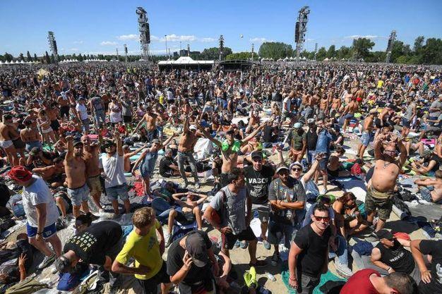 I fan di Vasco Rossi assiepati a Modena Park già dalla mattina di sabato primo luglio (foto Ansa)