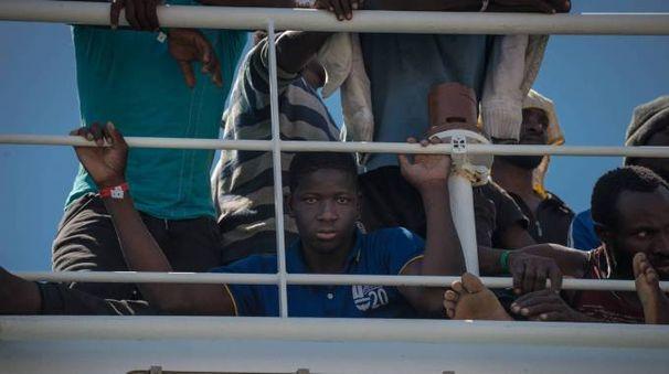 Sbarco di migranti a Salerno (Olycom)
