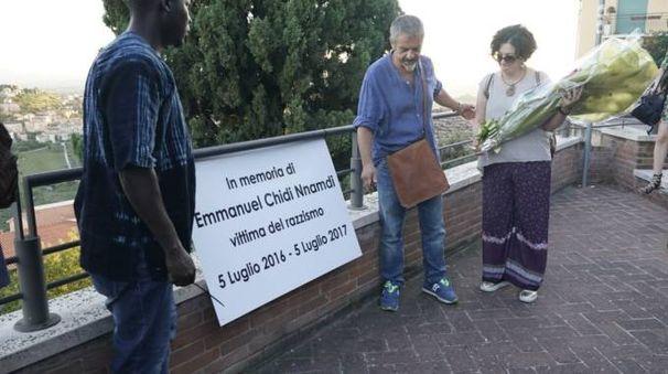 La targa in memoria di Emmanuel Chidi Nnamdi