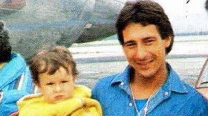 Marco Lucchinelli con in braccio il figlio Cristiano in una foto degli anni '80 (Ansa)