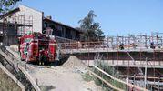 Un incendio seguito a una esplosione ha danneggiato nel pomeriggio il tetto del Varignana Resort (Foto IsolaPress)