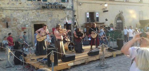 Un momento della festa medievale nel castello di Monterigigoni