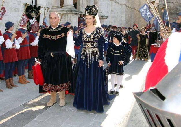 Sestiere di Porta Romana, Valeria De Santis, sorridente nel suo abito blu ed oro con un lungo mantello a strascico e console (Foto Labolognese)